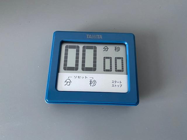 ▲タニタ「防水タッチタイマー TD-414(ブルー)」 防水性能IPX7・カウントダウン・カウントアップと、すべての機能を備えています