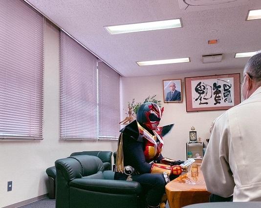 ▲会議室で打ち合わせ…かと思いきや、体づくりの相談になっていました
