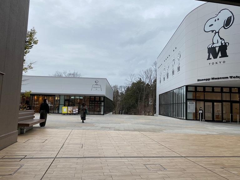 ▲突き抜けた先にスヌーピーミュージアムが見えてきます。この2つの建物の間を進みます