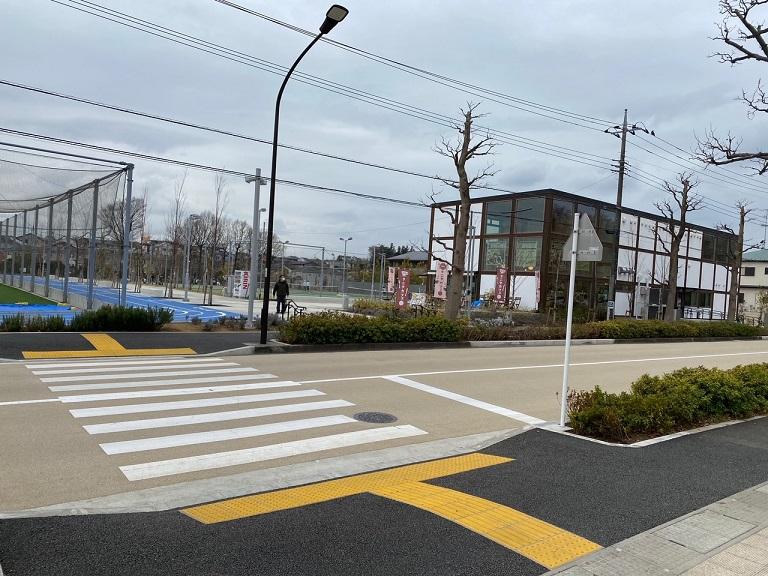 ▲公園を抜けて、横断歩道を渡った右側に見えるのが「タニタカフェ 南町田グランベリーパーク鶴間公園店」です